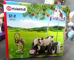 Schleich Horse Club #42104 Wash Area Hanoverian Stallion Gro